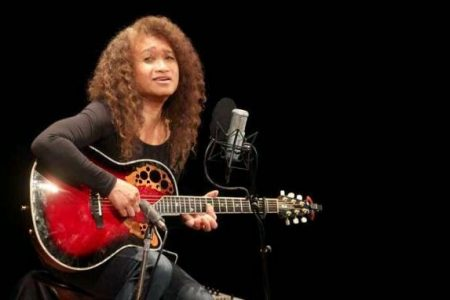 Penyanyi Legendaris Asal Maluku yang Mendunia