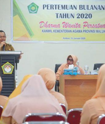 Kabid Pakis Kanwil Kemenag Maluku La Fata memberikan pembinaan bagi DWP Kanwil Kemenag Maluku di Aula Lantai III Kanwil Kemenag Maluku, Senin (13/1)