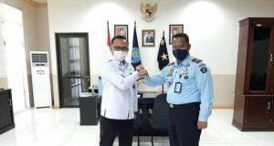 Kalapas Kelas II Ambon Saiful Sahri Kanan dan Kepala BNNP Maluku Brigjen Pol. M. Z. Muttaqien kiri. Foto Humas Lapas Ambon.